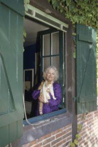 Christine de Rivoyre à la fenêtre de sa chambre. Droits réservés.