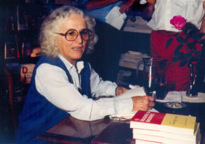 """Christine de Rivoyre dans une librairie landaise pour le lancement de """"Belle Alliance"""" en 1982."""