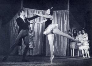 """Le ballet des Champs-Elysées où Christine de Rivoyre dut brièvement attachée de presse et sa source d'inspiration pour """"L'Alouette au miroir"""" (1955)."""