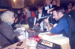 Christine de Rivoyre en signature au Salon du livre de Paris pour la sortie d'Archaka en 2007.