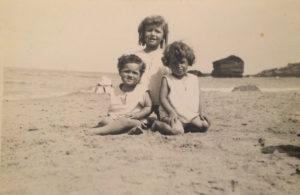 Christine de Rivoyre, sa soeur Ghislaine et son frère Louis sur la plage d'Hendaye, vers 1926.