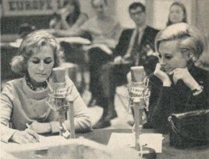 Christine de Rivoyre au micro d'Europe 1 au côté de Michèle Morgan.
