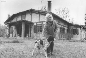 Christine de Rivoyre et Tom devant la maison d'Onesse à la fin des années 70.