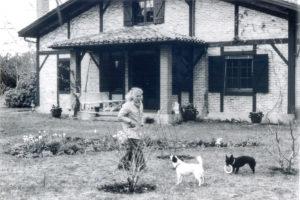 Christine des Rivoyre avec Boulou et Sabine devant la maison d'Onesse au milieu des années 70 peu de temps après son retour dans les Landes.