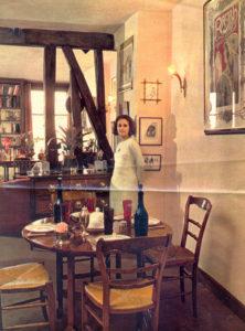 Christine de Rivoyre dans son appartement du boulevard Saint-Germain dans les années 60.