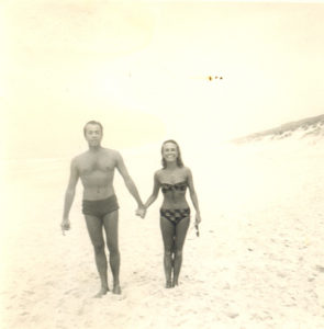 Christine de Rivoyre et Jean-Pierre Grédy sur la place de Contis dans les années 60.